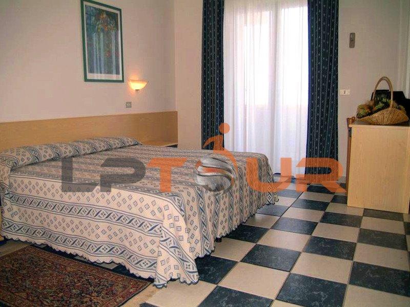 Camera Per Ospiti : Camera per gli ospiti dello scantinato con letto blu e rosso