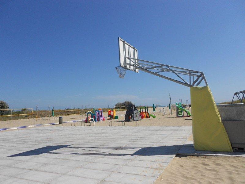 Campo da basket in spiaggia