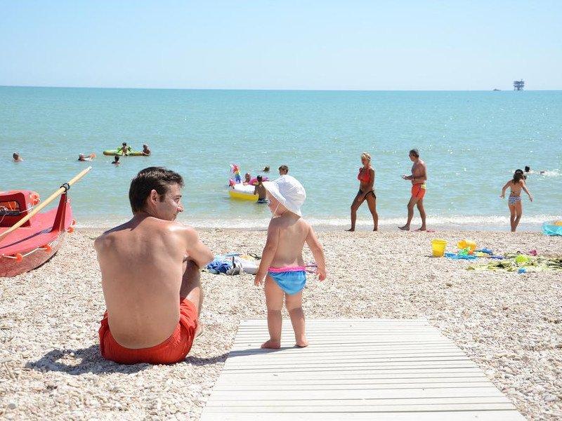 Spiaggia con passerella